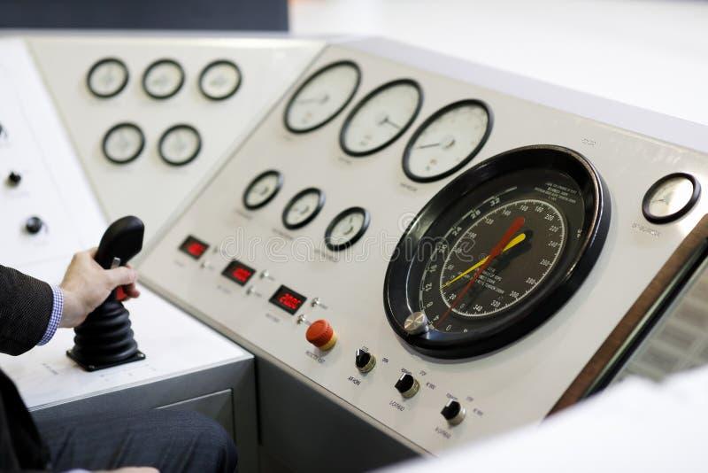 Tekniker på kontrollkonsolen av borranderiggen royaltyfri fotografi
