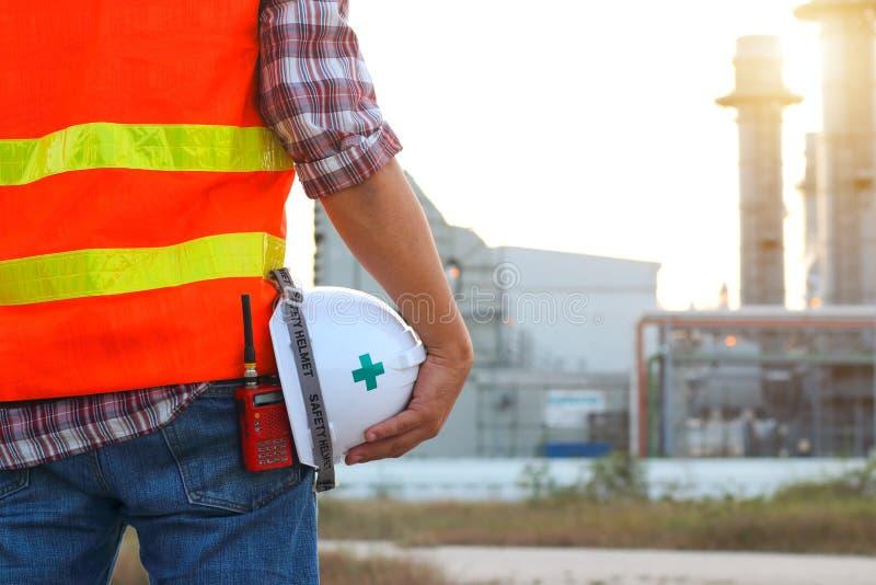 Tekniker som arbetar på kraftverket med säkerhetshjälmen arkivfoton