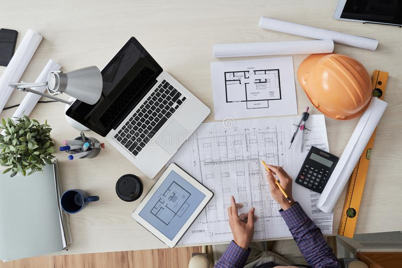 Tekniker som arbetar på lägenhetritning arkivfoton
