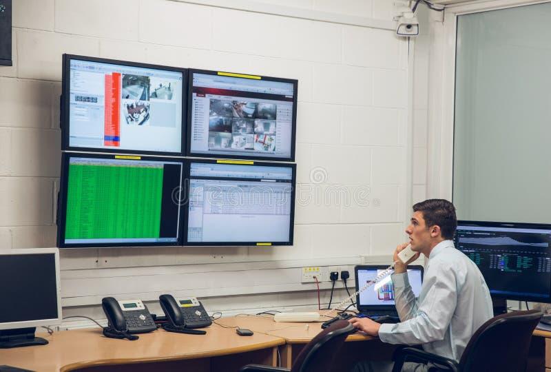 Tekniker som i regeringsställning sitter körande diagnostik arkivfoto