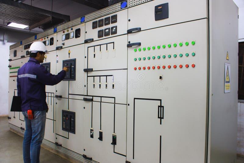 Tekniker som kontrollerar det elektriska systemet arkivfoto