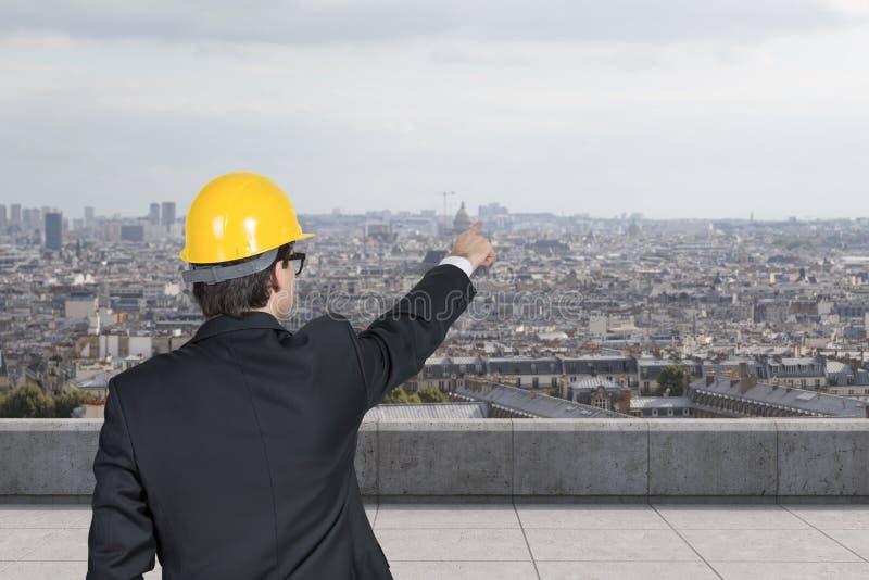 Tekniker som pekar på skyskrapan royaltyfri foto