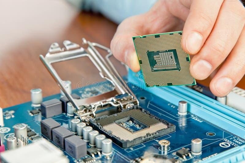 Tekniker som reparerar datormaskinvara i labbet arkivfoto