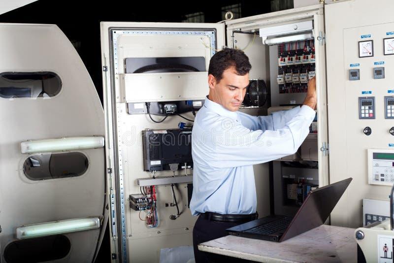 Tekniker som reparerar den datoriserade maskinen royaltyfria bilder