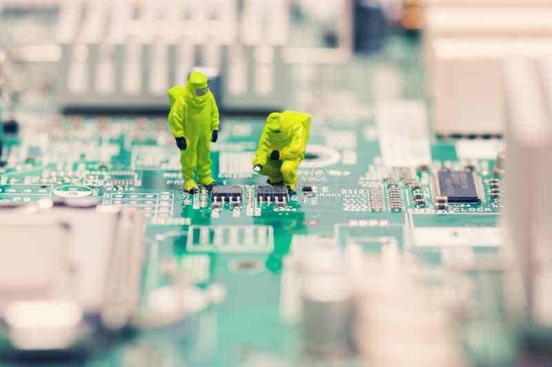 Tekniker som reparerar strömkretsbrädet royaltyfria bilder