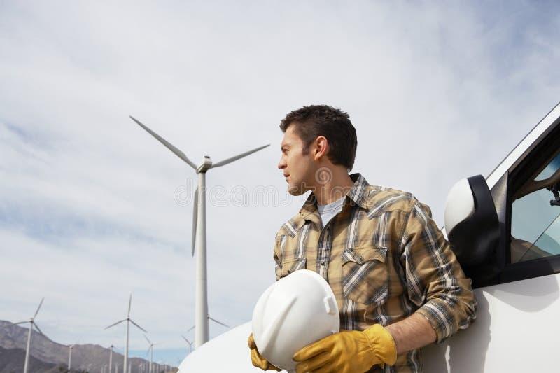 Tekniker At Wind Farm royaltyfri fotografi