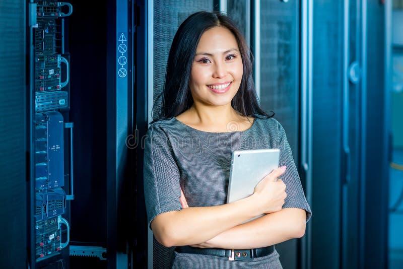 Teknikeraffärskvinna i rum för nätverksserver arkivbilder