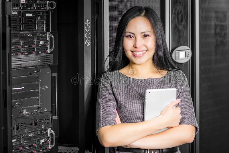 Teknikeraffärskvinna i rum för nätverksserver royaltyfria bilder