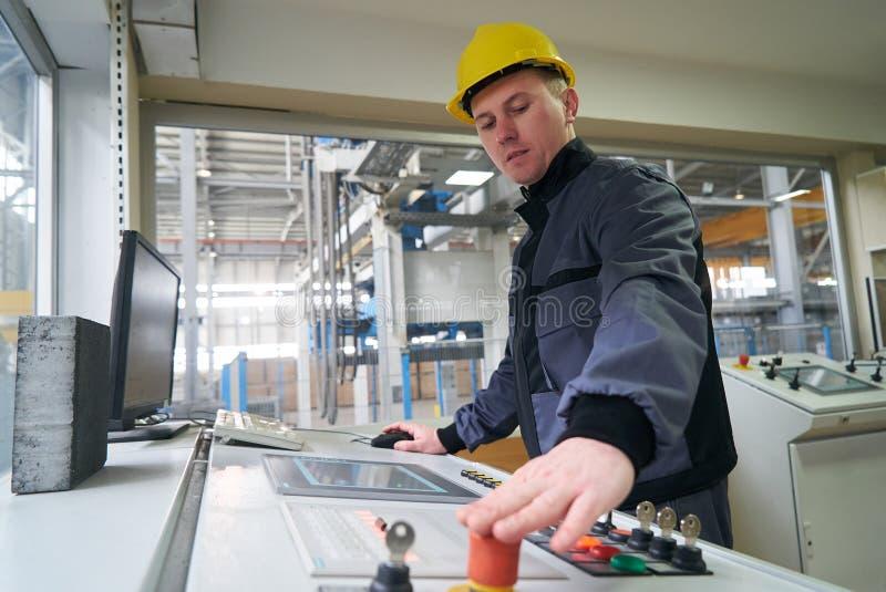 Teknikerarbetare på kontrollrum royaltyfri fotografi