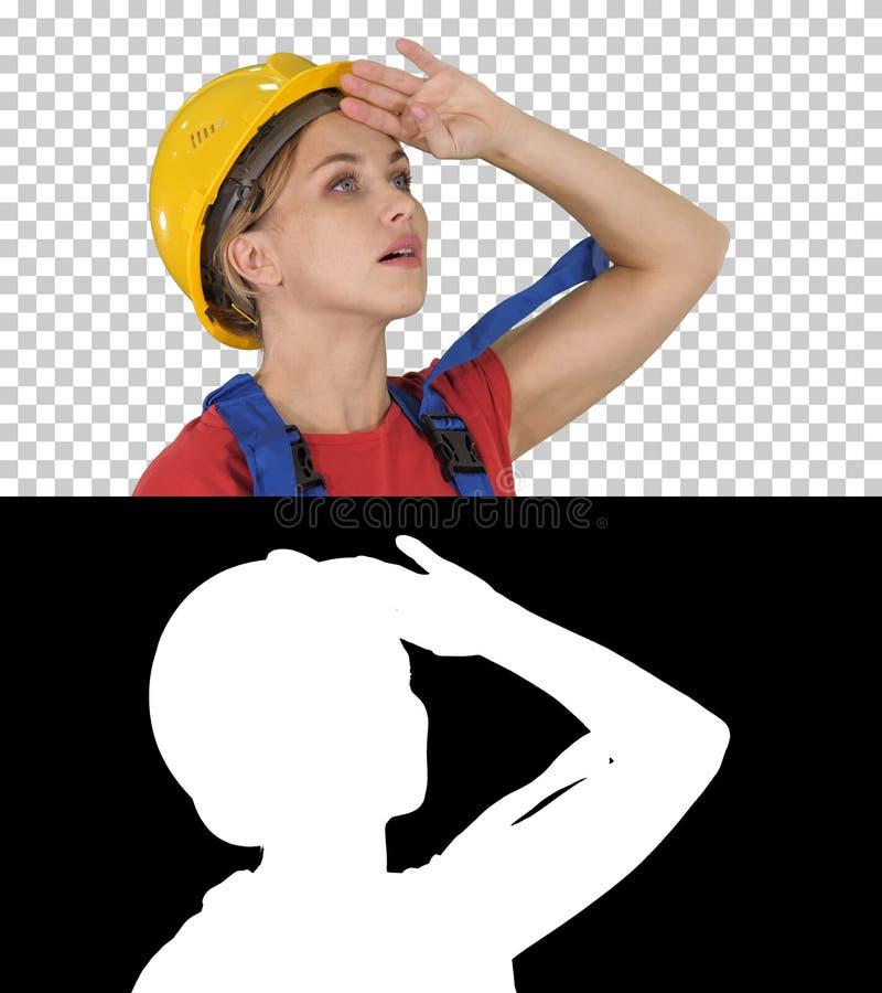 Teknikerbyggnadsarbetarekvinna som fascineras av skalan av konstruktion, alfabetisk kanal arkivbild