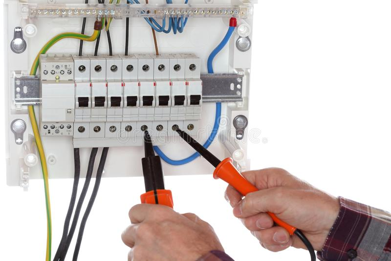 Teknikeren testar en elektrisk strömkrets arkivfoto