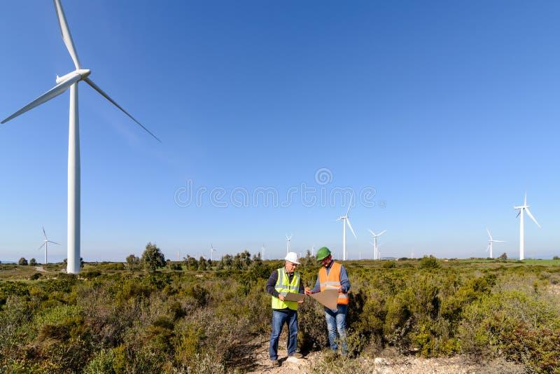 Teknikerer av vindturbinen arkivfoto