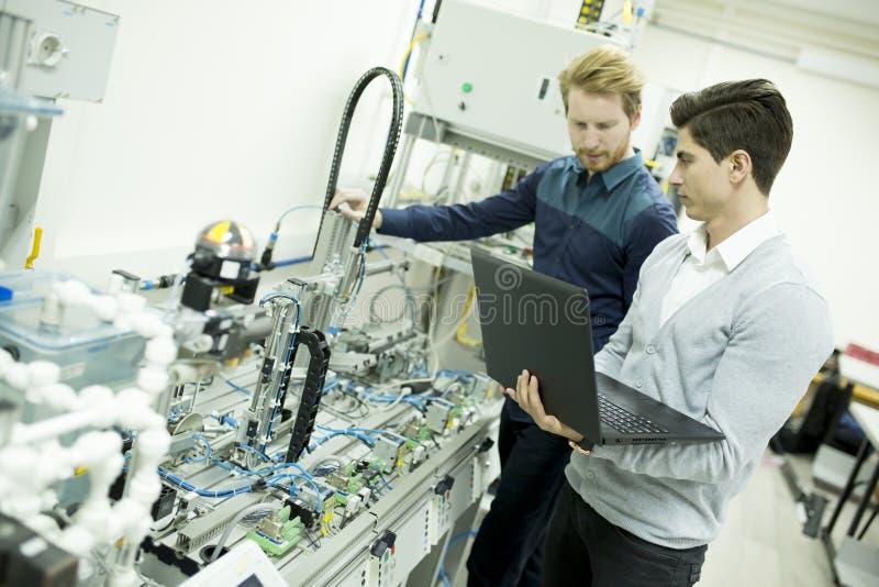 Teknikerer i fabriken royaltyfri foto