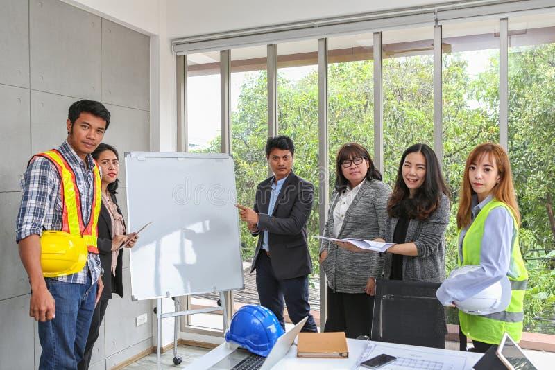 Teknikerer möter på whiteboarden Struktur och utveckling för ritninginredesign leverantörpresentation för lag och arkivfoto