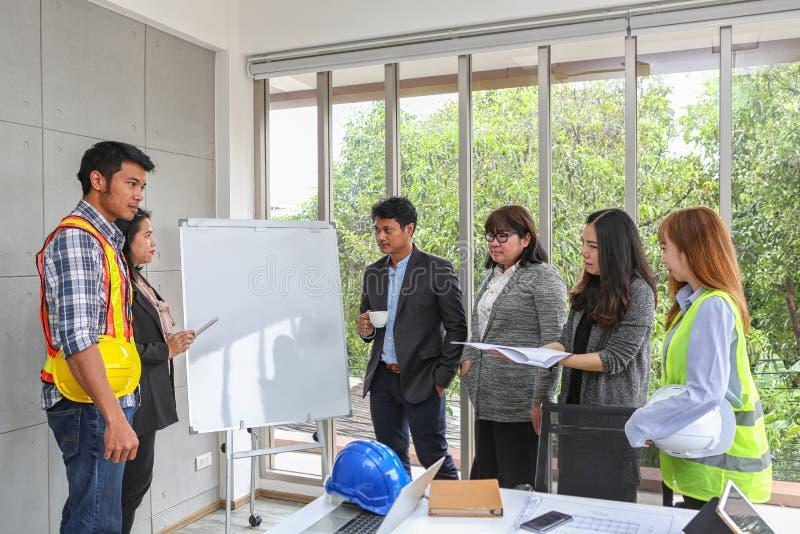 Teknikerer möter på whiteboarden Struktur och utveckling för ritninginredesign leverantörpresentation för lag och royaltyfria bilder