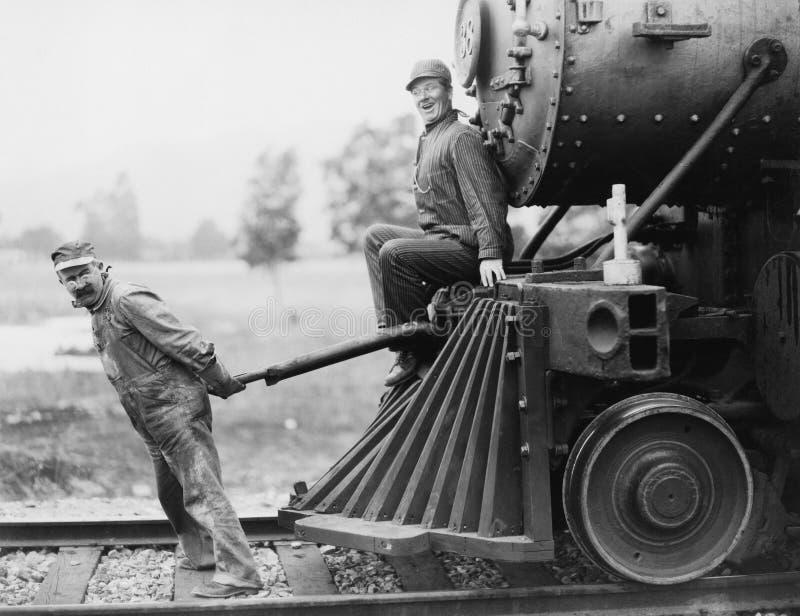 Teknikerer som drar drevmotorn (alla visade personer inte är längre uppehälle, och inget gods finns Leverantörgarantier som där w fotografering för bildbyråer