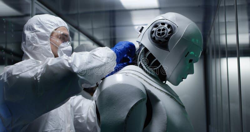 Teknikerfixandetrådar på robotkontroll royaltyfria foton