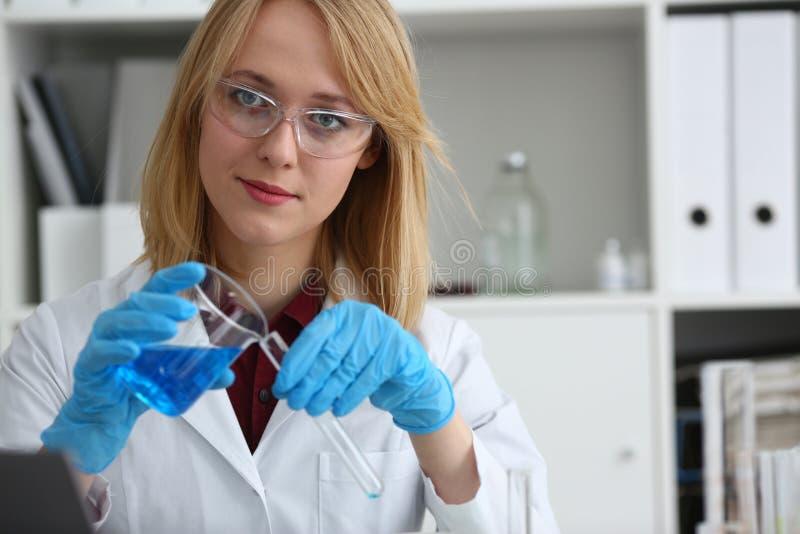 Teknikerhåll i armar i skyddande handskar arkivfoto
