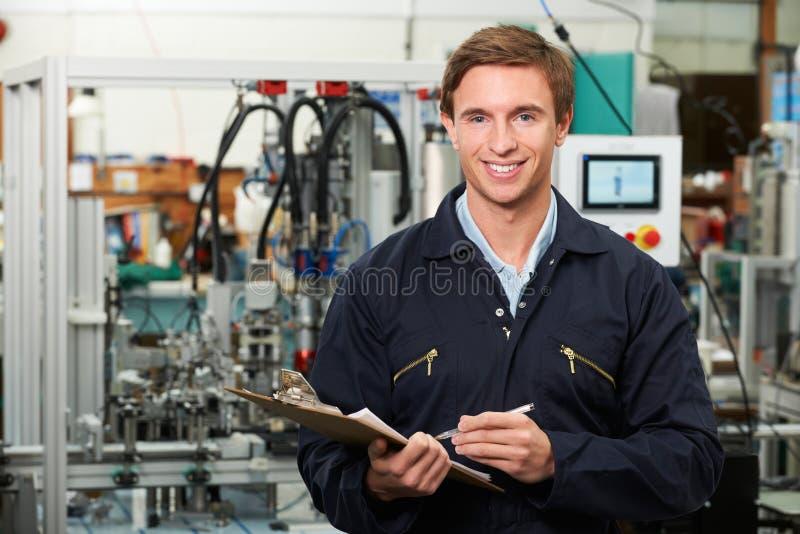 TeknikerHolding Clipboard In fabrik royaltyfri bild