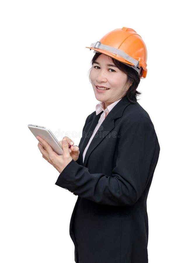 Teknikerkvinna med hjälmen över vit royaltyfri foto