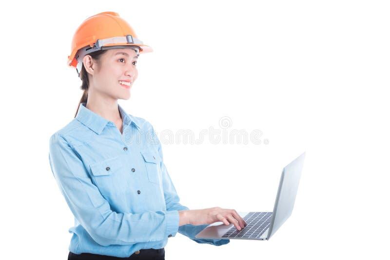 Teknikerkvinna som använder anteckningsbokdatoren arkivfoto