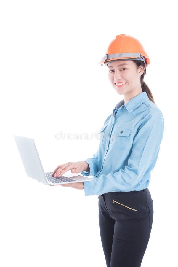 Teknikerkvinna som använder anteckningsbokdatoren royaltyfria bilder