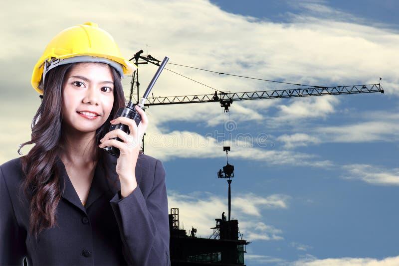 Teknikerkvinna som talar med en walkietalkie royaltyfria foton