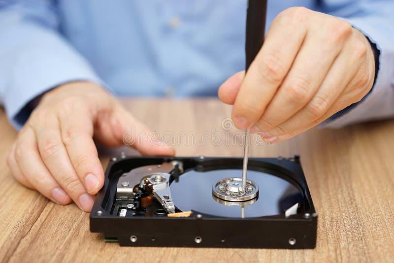 Teknikern återställer borttappade data från missat hårddiskdrev royaltyfri bild