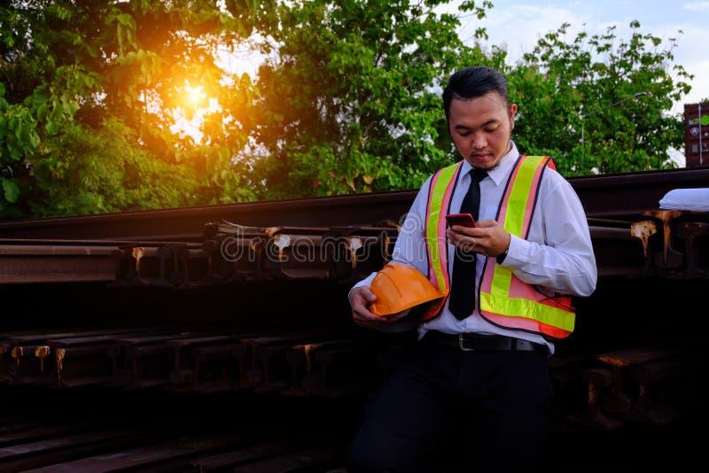 Teknikern arbetar med den smarta telefonen med stor branschbac arkivbild
