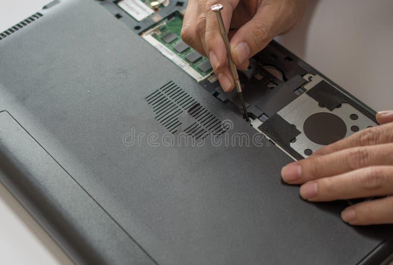 Teknikern reparerar bärbar datorPC:n, datoren och moderkortet royaltyfria foton