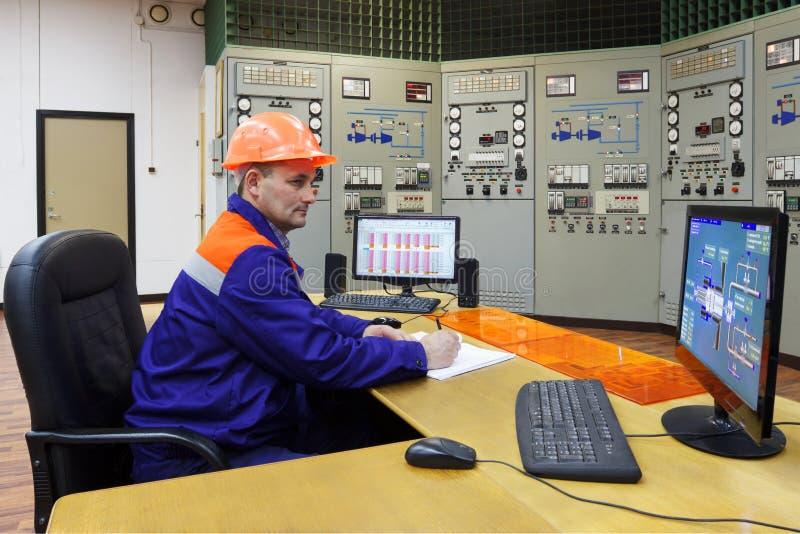 Teknikern skriver turbinparametrar i journal royaltyfri foto
