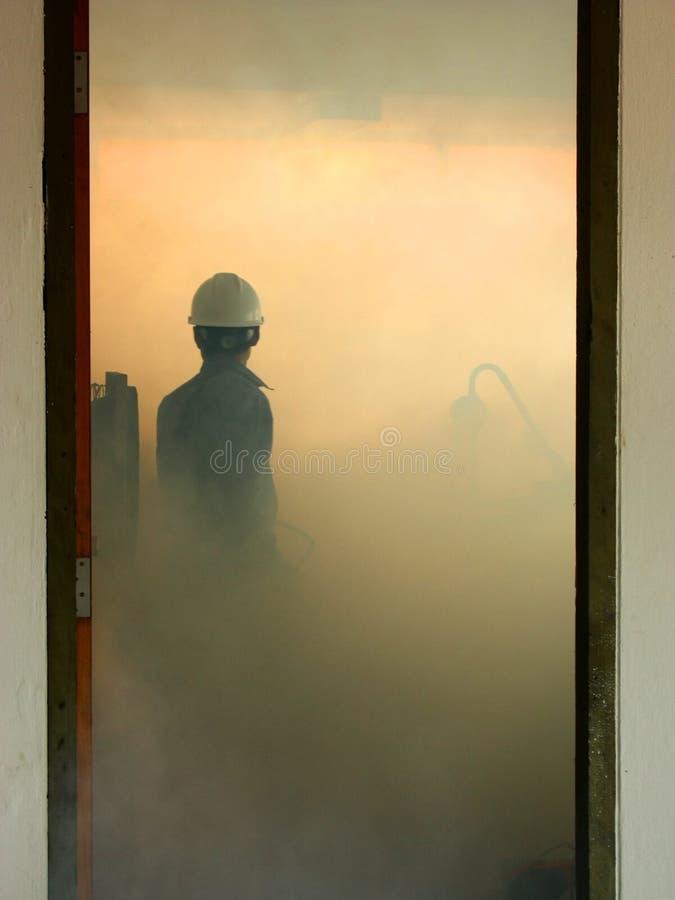 Teknikerstridighetbrand vid brandsläckaren i kontrollrum med royaltyfri foto