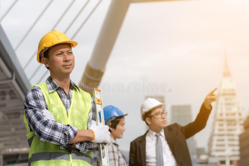 Teknikkonstruktionsbegrepp: den yrkesmässiga teknikern team mig royaltyfri bild