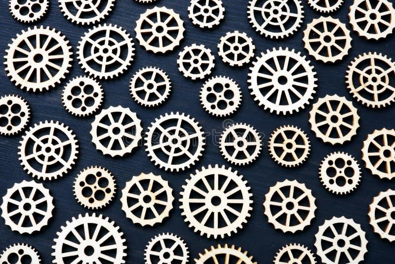 Teknisk bakgrund från kugghjulhjul på ett mörkt trä arkivfoton