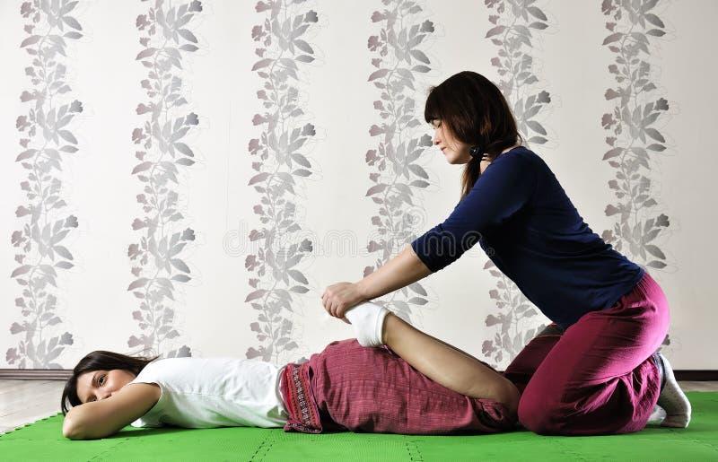 Tekniskt utförande av den thailändska massagen royaltyfria foton