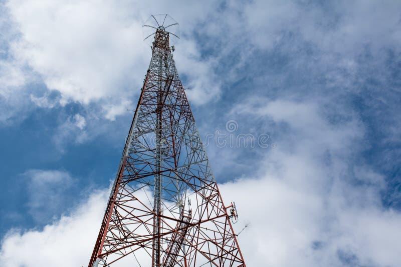 teknologi för antenner för telekommunikationmastTV trådlös under blått royaltyfri bild