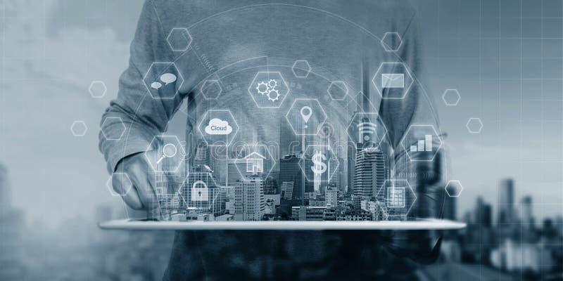 Teknologi för system för Cyberinternetsäkerhet Affärsmannen som använder den digitala minnestavlan, och säkerhet låser teknologis arkivbilder