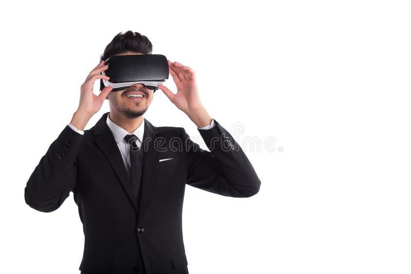 teknologi för vision 3d, virtuell verklighetexponeringsglas Manlig person i dräkt och digital vrapparat arkivbild