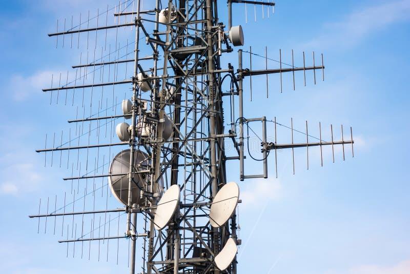 Teknologi f?r antenner f?r telekommunikationmastTV tr?dl?s med bl? himmel i morgonen fotografering för bildbyråer