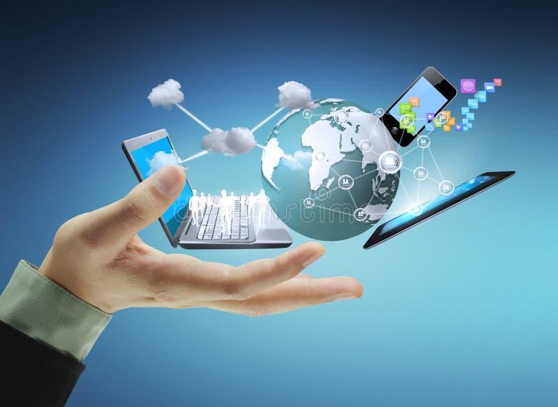 Teknologi i händerna royaltyfria bilder