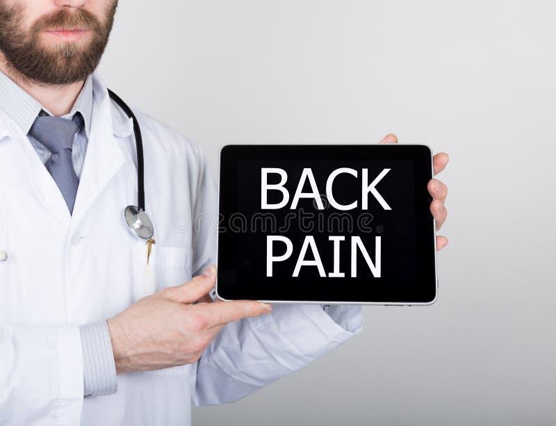 Teknologi, internet och nätverkande i medicinbegrepp - manipulera att rymma en minnestavlaPC med tillbaka smärtar tecknet Interne royaltyfri bild