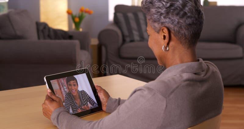 Teknologi komma med älskade tillsammans arkivfoto