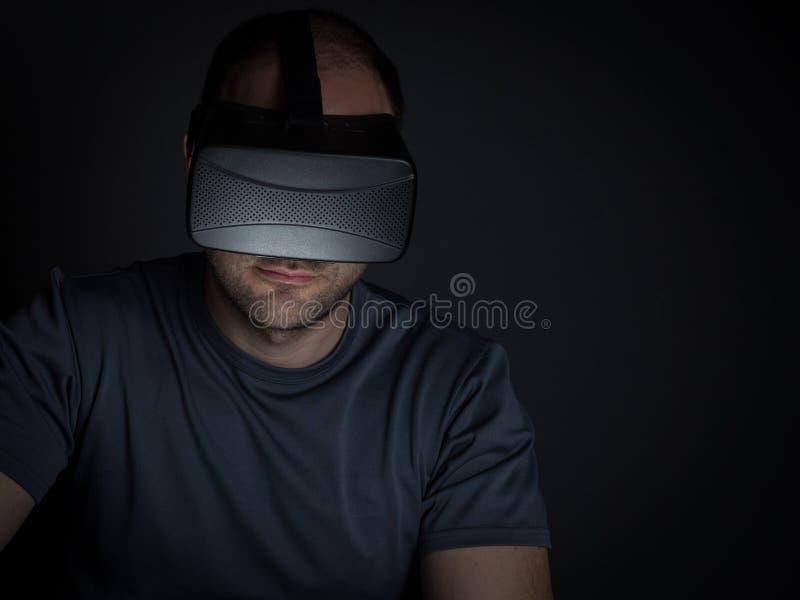 Teknologi missbrukade mannen hemma på natten på att använda faktisk realit royaltyfria foton