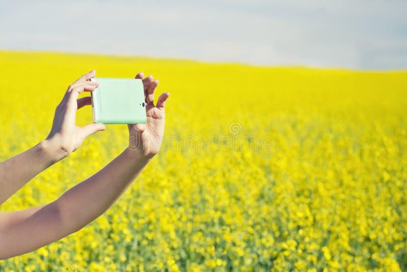Teknologi, sommarferier, semester och folkbegrepp - händer av kvinnan som tar fotoet eller selfie vid smartphonen våldtar på, fäl arkivbilder