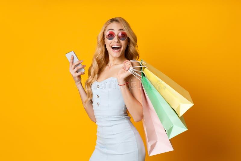 Teknologier g?r att shoppa l?ttare p?sar som shoppar kvinnan royaltyfri fotografi