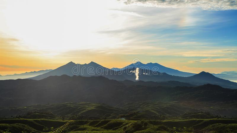Tekolonier i Malasari, Bogor, Indonesien Soluppgångplats med konturberget och blå himmel fotografering för bildbyråer