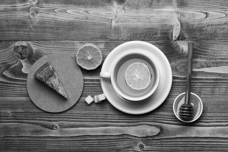 Tekopp med honung och stycket av hemtrevlig sammansättning för kakadanande, bästa sikt Engelskt tetidbegrepp Kopp av grönt te med royaltyfri fotografi