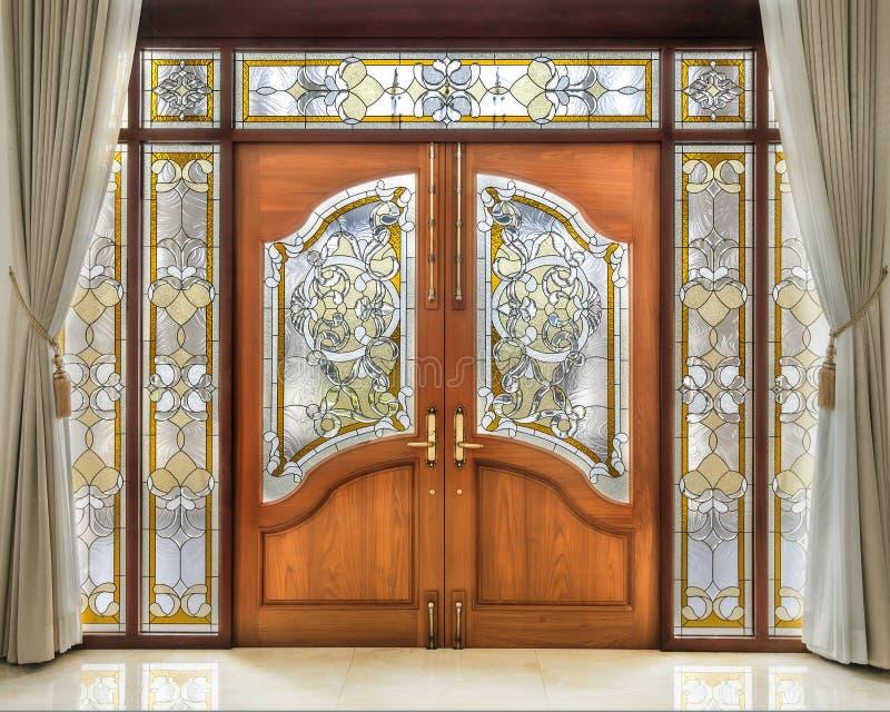 Tekowy drewniany drzwi z frosted szkła wnętrzem fotografia stock