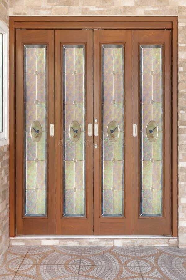Tekowy drewniany drzwi z lustrem - tło zdjęcie stock
