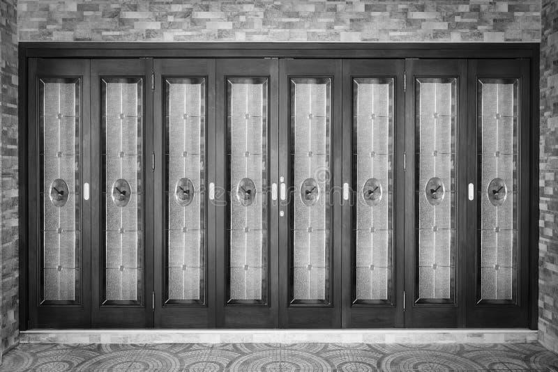Tekowy drewniany drzwi z lustrem - tło zdjęcia royalty free